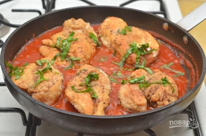 9. Выложите филе в соус, добавьте сок лимона и базилик. Оставьте тушиться до готовности на среднем огне.