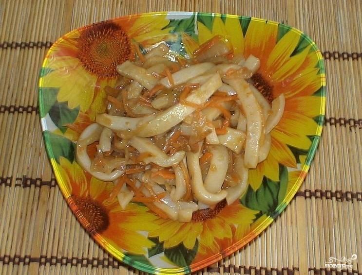 5.Овощи перекладываем в одну тарелку, добавляем кальмаров, уксус и чеснок, перемешиваем и ставим в холодильник настаиваться минимум на 2 часа.