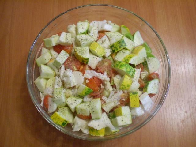 Овощи перемешайте, посолите, добавьте любимые специи. Полейте немного маслом. Для диетического стола масло совсем исключите.