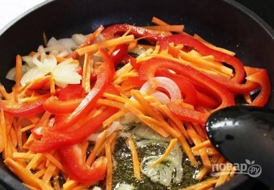 Овощи хорошенько промойте под проточной водой. Очистите болгарский перец от семян, лук — от шелухи, морковь также почистите от шкурки. Нарежьте перец и морковь тонкой соломкой, а лук — полукольцами. Подержите овощи на растительном масле.
