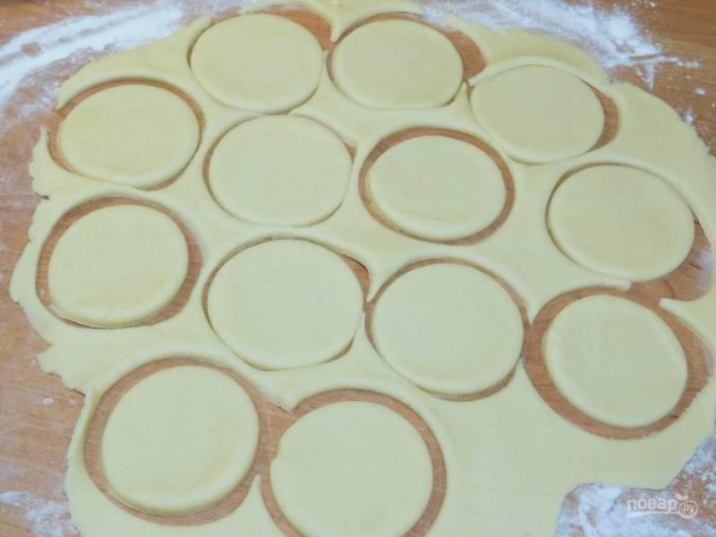 Тесто раскатайте и вырежьте кружки.