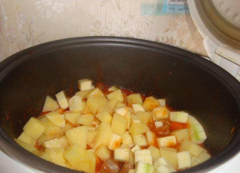 После звукового сигнала, положите в чашу мультиварку нарезанные картофель, кабачок и перец. Соль и специи по вкусу.