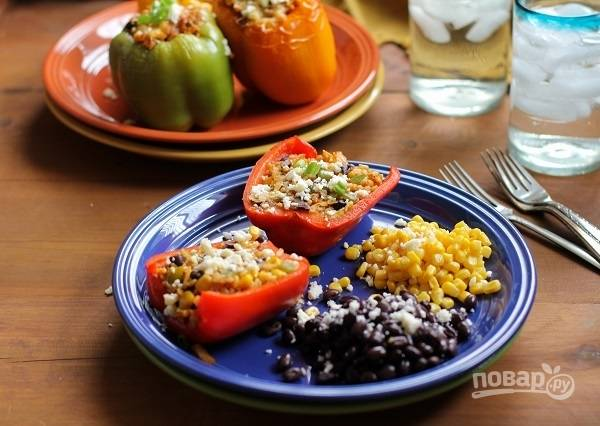 5. К столу подавайте фаршированный перец в мексиканском стиле горячим, при желании разрезав пополам. Приятного аппетита!