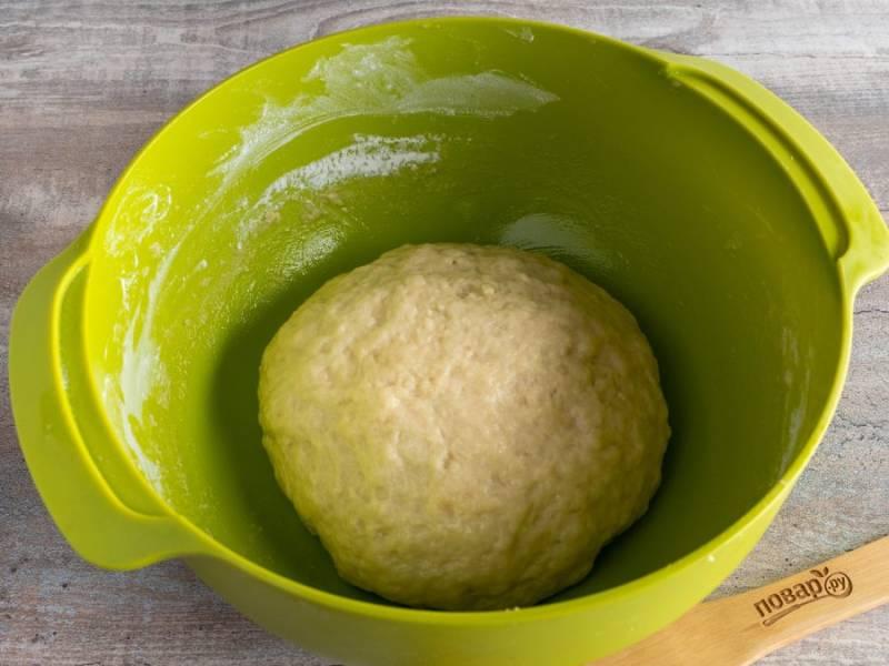 Вымесите тесто и скатайте в шар. Накройте пленкой и уберите в теплое место для подъема на 1,5-2 часа.