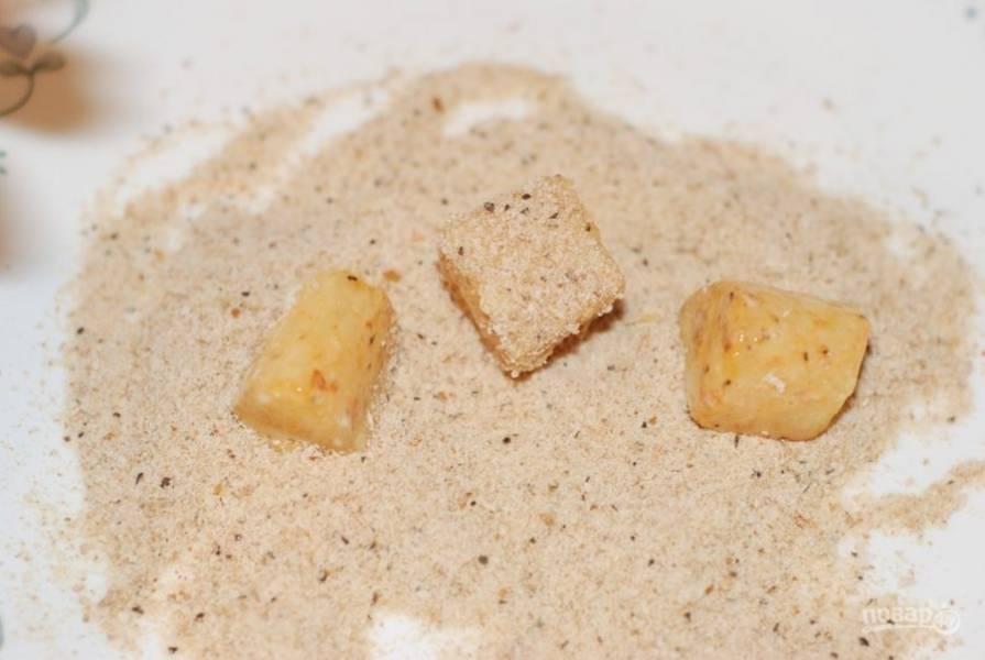 4. Посыпьте рыбу панировочными сухарями.