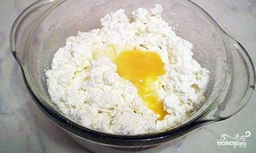 Все ингредиенты для начинки поместите в миску и перемешайте.