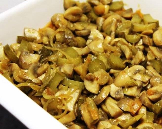 Смажьте форму, выложите половину капусты, затем слой грибов и остальную капусту. Посыпьте сухарями и запеките в духовке в течение 20 минут при 200 градусах.
