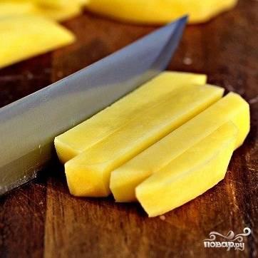 Картофель нарезаем ломтиками, как на картофель фри.