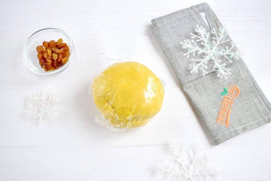 Соберите тесто в шар, заверните в пищевую пленку, оставьте в холодильнике на 30 минут.