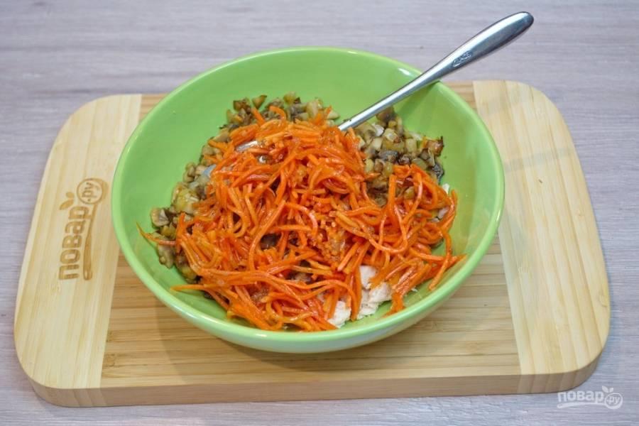 4.  Маринованную морковь по-корейский необходимо отжать от рассола и, нарезав на удобные кусочки, добавить в салатник.