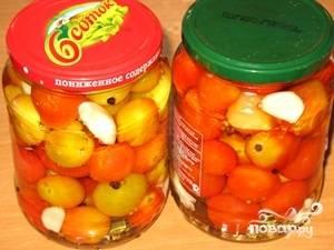 Залить помидоры кипятком, накрыть крышкой. Оставить на 10 минут.