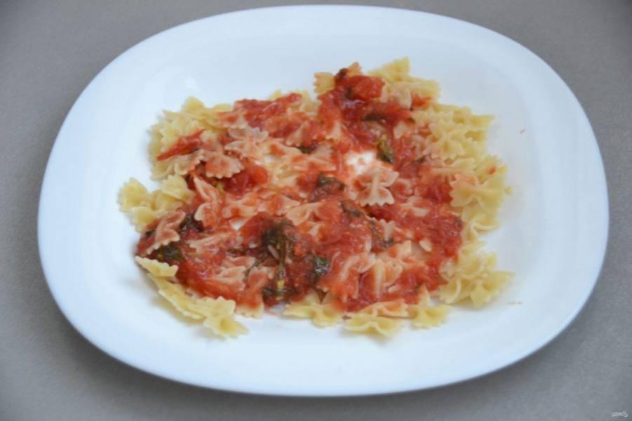 Выложите макароны на тарелку, полейте томатным соусом.