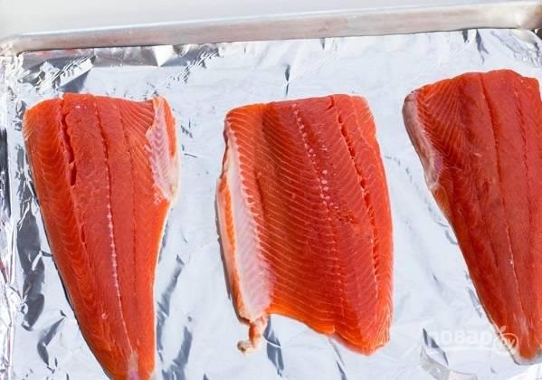 1. Рыбу вымойте, обсушите бумажным полотенцем и выложите на противень, застеленный фольгой.