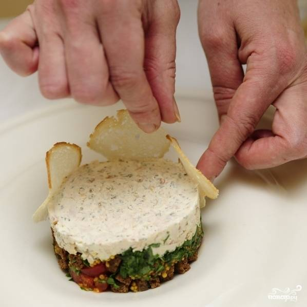 Украшаем итальянский салат хлебными чипсами (продаются в супермаркетах).