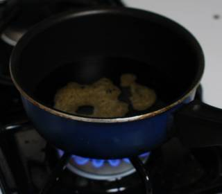 На плите сварите глазурь из 2 ст. ложек соевого соуса и 1/4 стакана кленового сиропа.