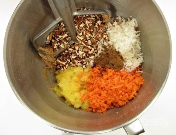 1. В глубокой мисочке взбейте яйца со щепоткой соли. Добавьте тертую морковь, ананасы, кокосовую стружку, орехи, корицу.