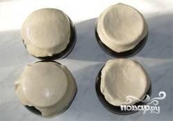 13. Накрываем горшочки лепешками и ставим в разогретую духовку.