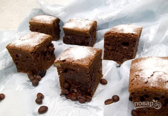 9. После выпекания даем пирогу остыть, после чего вынимаем из формы, нарезаем небольшими частями, напоминающими пирожные, и подаем к столу.