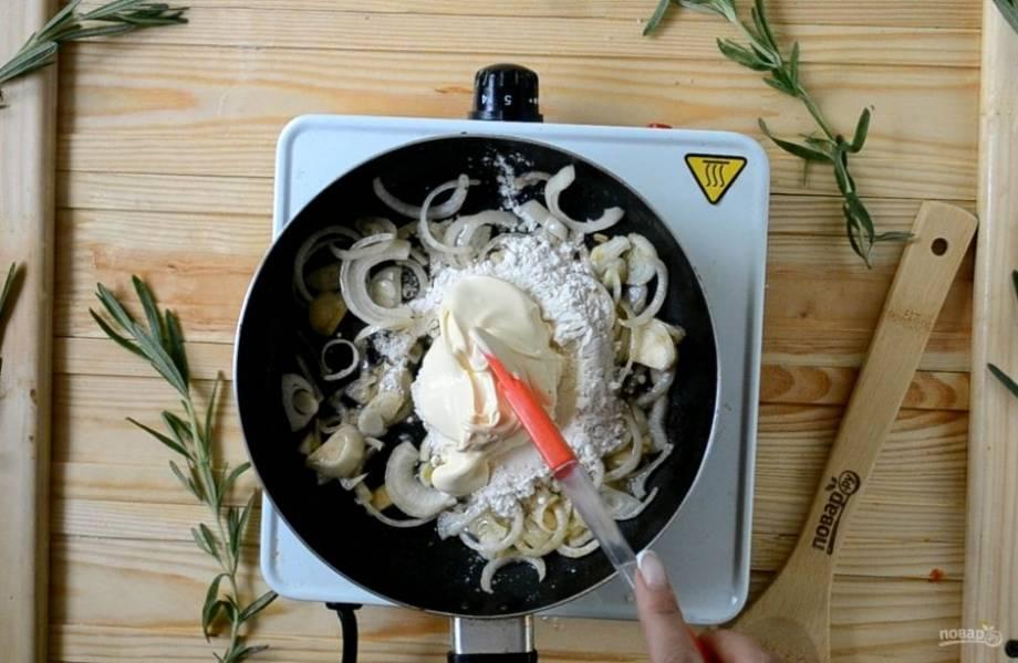 Затем отправьте в сковороду размягченное сливочное масло и муку. Интенсивно перемешивайте, чтобы мука заварилась и полностью перемешалась с маслом.