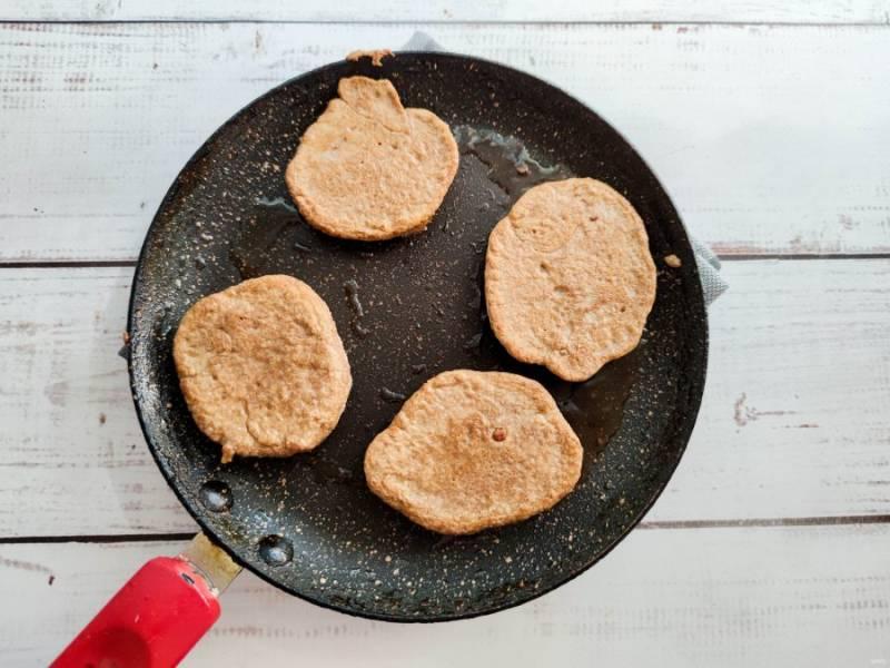 В хорошо разогретой сковороде с оливковым маслом обжарьте оладьи с двух сторон до готовности.