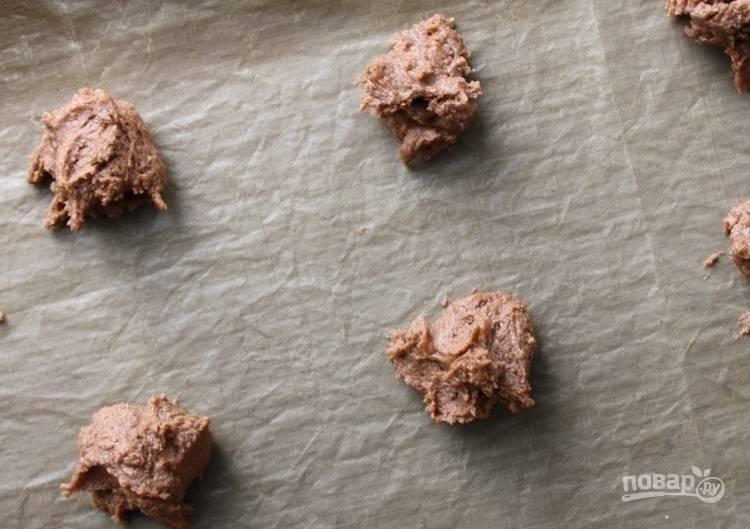 3.Застелите противень пергаментом и выложите ложкой печенье.