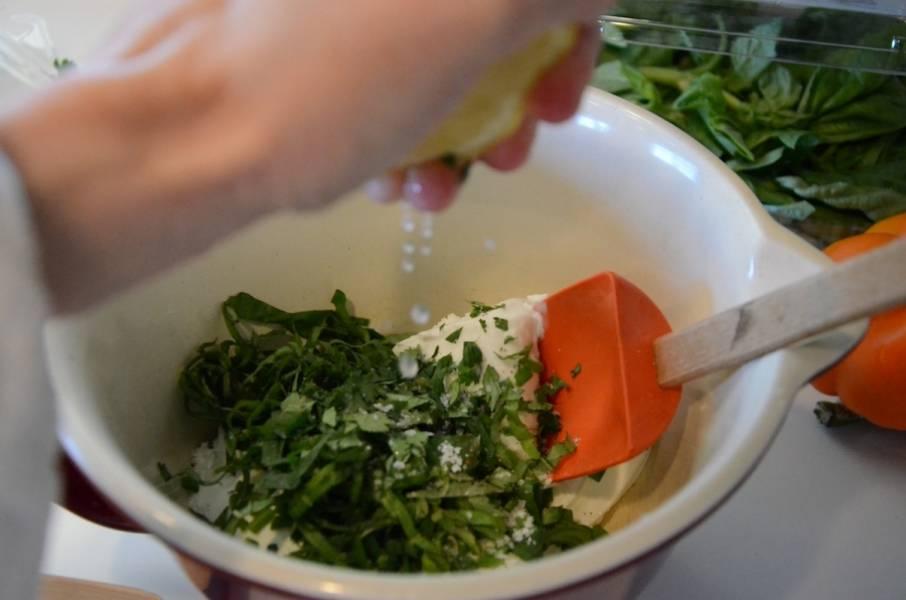 Выдавливаем сок из половины лимона в сыр с зеленью и хорошо перемешиваем.