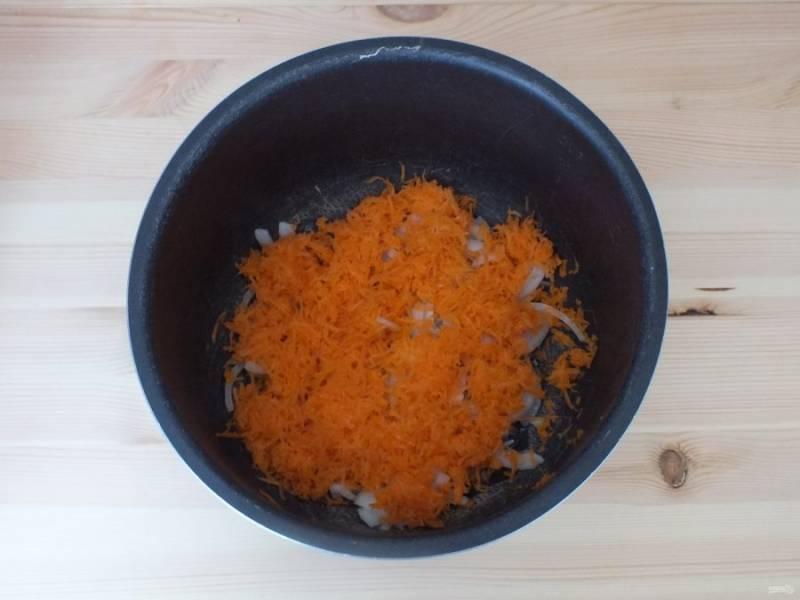 """Морковь натрите на мелкой терке. Лук нарежьте четвертинками колец. На программе """"Выпечка"""" в чаше мультиварки разогрейте масло и обжарьте подготовленные овощи до мягкости."""