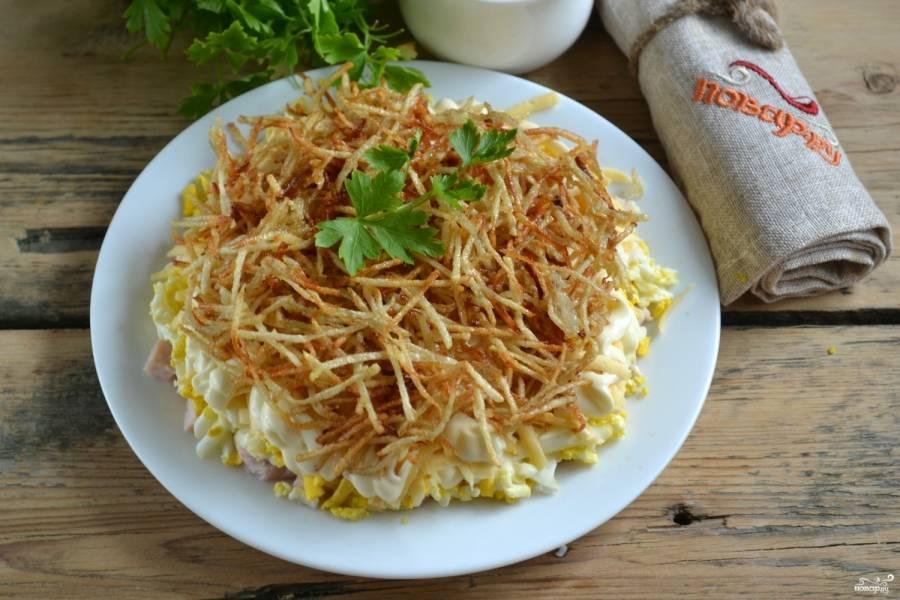 Выложите картофельную стружку, украсьте зеленью. Салат можно подавать к столу. Приятного аппетита!