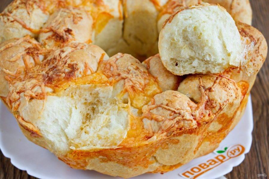 Теперь можно отрывать хлебные шарики руками и наслаждаться ароматным чесночным хлебом.