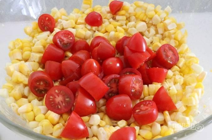 4. Добавьте нарезанные помидоры.