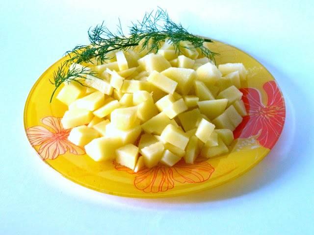 Чистим картофель и нарезаем небольшими кубиками.