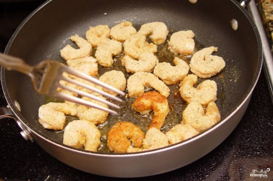 Обжаривайте креветки до золотистой корочки с обеих сторон.
