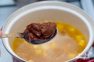 Овощи залить кипятком и сразу же добавить пасту для мисо-супа, водоросли и сыр. Посолить и поперчить.