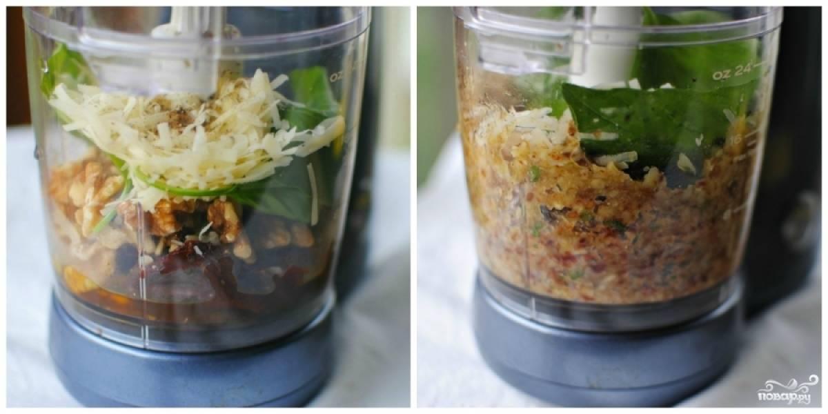 В чашу блендера кладем прокаленные орехи, сушеные помидоры, пармезан, базилик, чеснок, оливковое масло, лимонный сок, соль и перец. Измельчаем на быстрой скорости блендера до однородности.