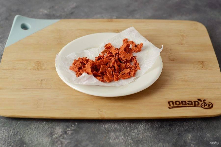 Затем выложите морковь на пергамент или в форму для запекания. Подсушите морковь в заранее разогретой до 150 градусов духовке 30-45 минут. Желательно периодически открыть духовку и перемешивать, чтобы морковь равномерно просушилась.
