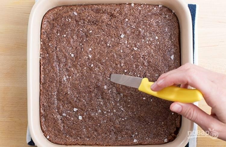 3.Форму для выпекания смажьте маслом и переложите в нее тесто, отправьте его в разогретую до 180 градусов духовку на 25-35 минут.