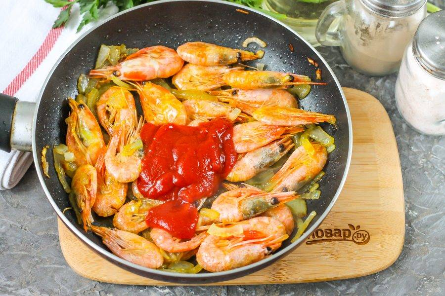 Добавьте томатную пасту. Если она слишком кислая на вкус, то всыпьте немного сахарного песка. На этом этапе можно всыпать и сушеный молотый чеснок, если любите блюда с пикантным вкусом.