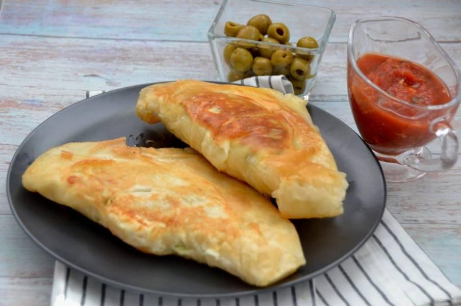 Тунисский брик подавайте горячим, можно дополнить его любым соусом, зеленью, маслинами или оливками. Такой пирог заменит целый обед или ужин, так как он очень сытный. Это очень вкусно!