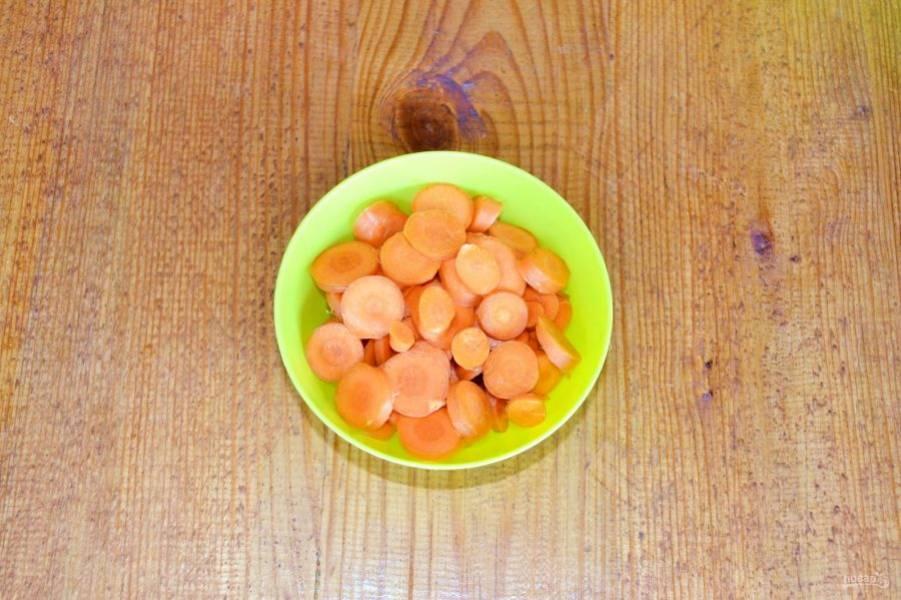 Измельчите морковь. Нарезка тут не имеет значения, вы можете резать любыми кусочками.