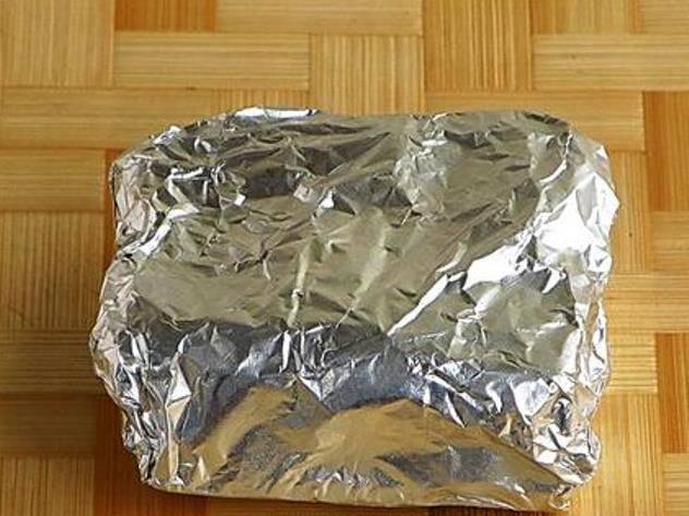 Каждый кусочек натертого сала заверните в фольгу и положите в морозилку. После того как сало охладится можно приступать к трапезе.