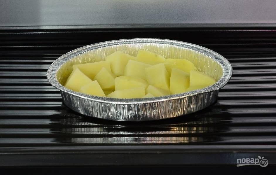 Запекайте картошку в разогретой посуде в духовке в течение 35-45 минут до румяной корочки.