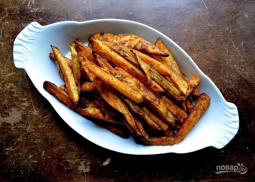 7.Запекайте картофель в разогретой до 180 градусов духовке около 45-60 минут, перемешивая картофель каждые 15 минут.