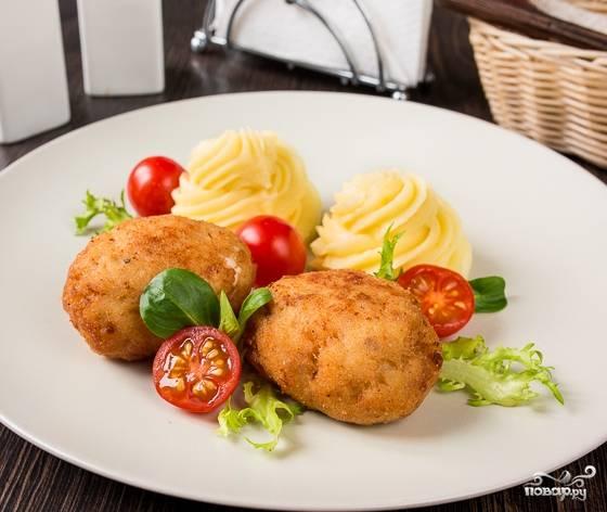 5. Котлеты жарьте на растительном масле, переворачивая каждые 5-7 минут. Готовые котлеты подавайте вместе с овощами и картофелем. Воспользовавшись советом, как приготовить котлеты из трески с сыром, вы сможете порадовать своих близких вкусным блюдом.