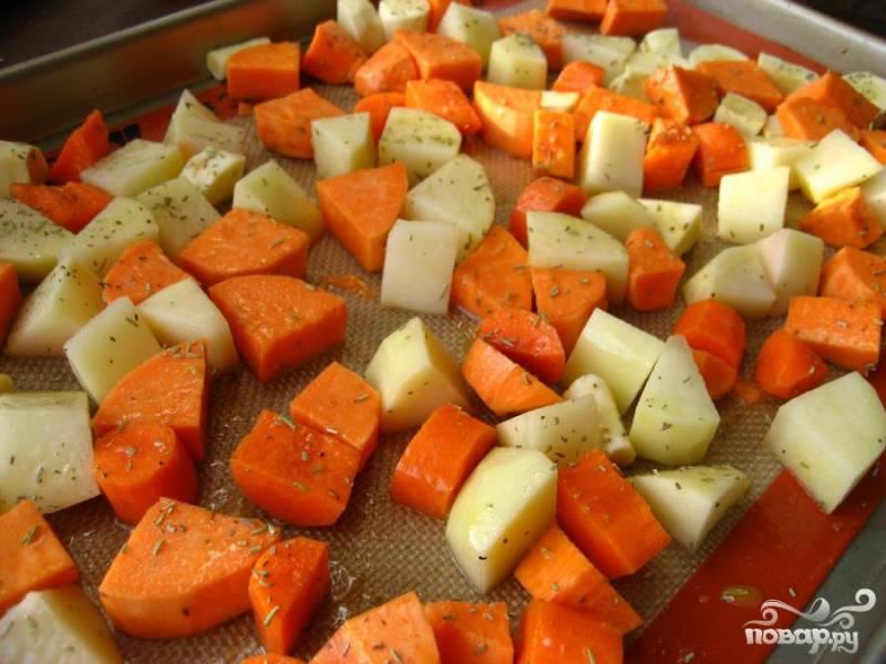 2.Лук, морковку, картофель порежьте небольшими кубиками. Капусту посеките не очень мелко.