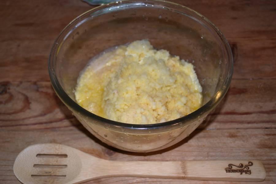 В мясорубке измельчите очищенные картофель и лук.