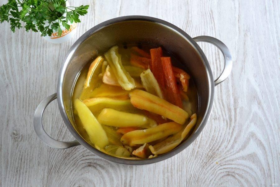 Примерно по ⅓ всего количества перца отправляйте в маринад и проваривайте в течение 15 минут. Не бойтесь, что маринада мало, во время отваривания перец будет выделять сок и фактически будет готовиться в собственном соку.