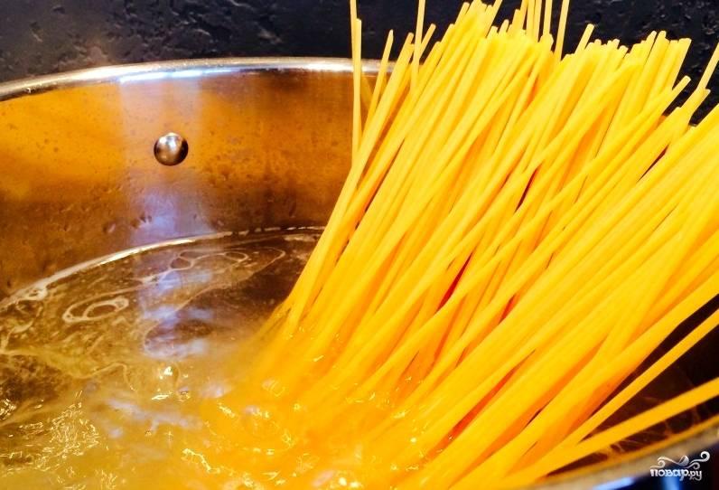 Нам нужны макароны твердых сортов. Так, по крайней мере, помимо калорий, в блюде будет присутствовать и польза. Для начала отвариваем макароны.