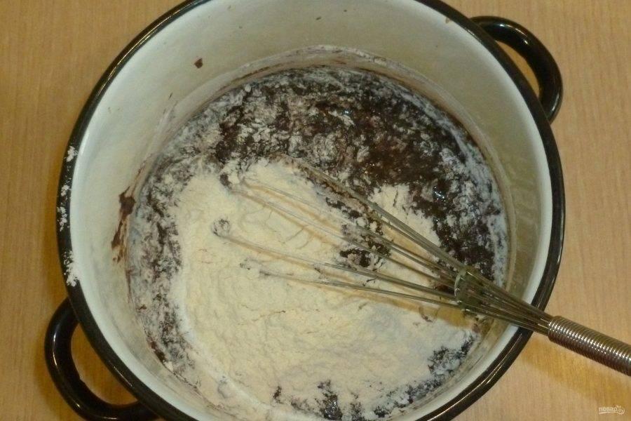 Добавьте сахар, ванильный сахар и яйца. Взбейте немного венчиком. Просейте в смесь муку. Перемешайте лопаткой.