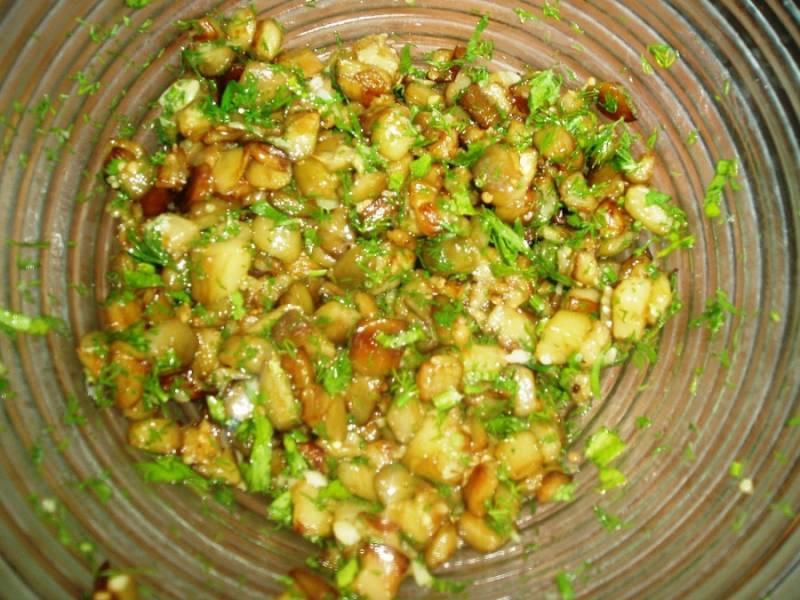 Кабачки очищаем и нарезаем кубиками, обжариваем на растительном масле с несколькими зубчиками измельченного чеснока. Жарим до золотистости, затем соединяем с оставшейся зеленью, солью и перцем. Перемешиваем.