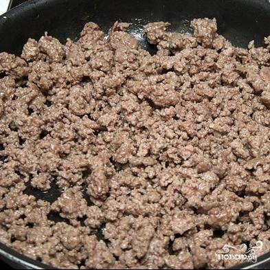 3. Тем временем приготовить начинку. Обжарить фарш до готовности. Нарезать помидоры ломтиками, а перец – кубиками. Натереть сыр.